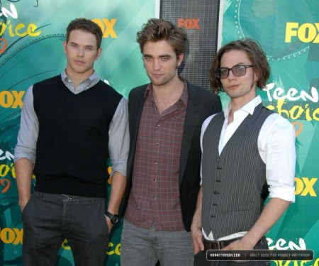 Ah, the boys. Kellan looks HOT with darker hair *swoon* Jax is such a clown (a hot clown that is).